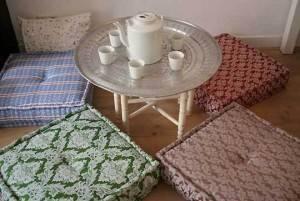 Квадратные подушки на полу для комфортного чаепия фото