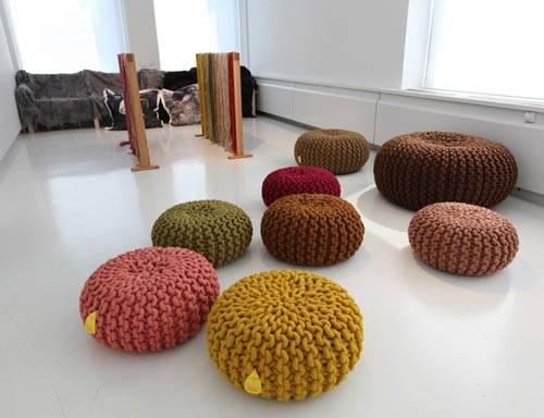 Много круглых пуфов для напольного сидения фото
