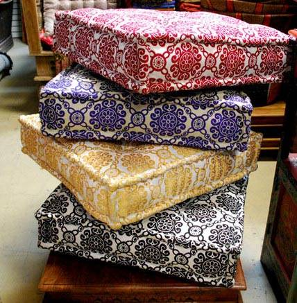 Подушки для пола с одинаковым орнаментом из разноцветной ткани фото
