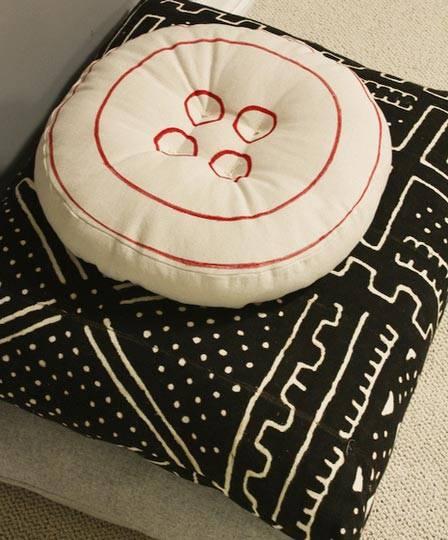 Подушка с пуговицей для напольного сидения фото
