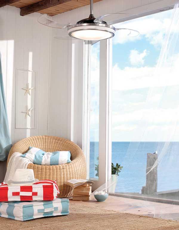 Морской стиль в интерьере с красивыми напольными подушками фото