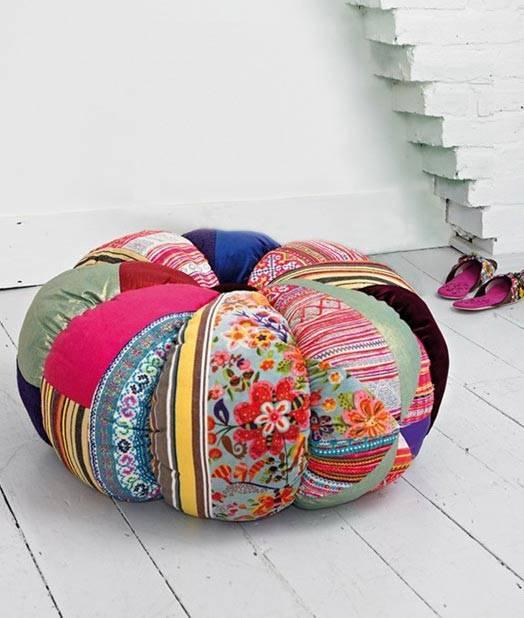 Большая круглая декоративная подушка для пола в интерьере фото