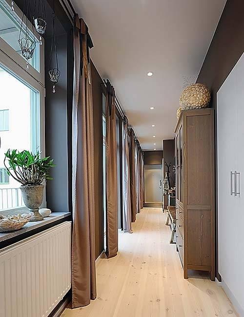 Темные стены и коричневые шторы в интерьере прихожей фото