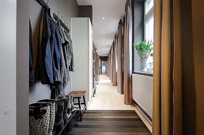 Открытая система хранения в прихожей квартиры с темными стенами фото