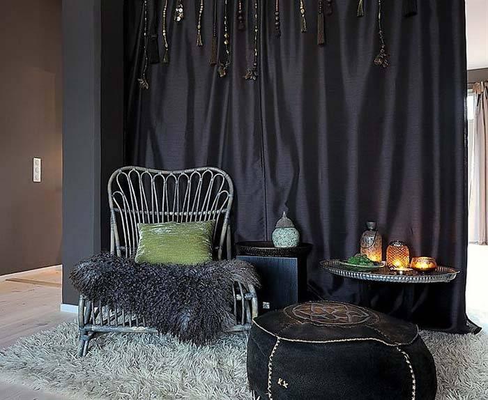 Черные шторы и черный пуф для уютного интерьера фото