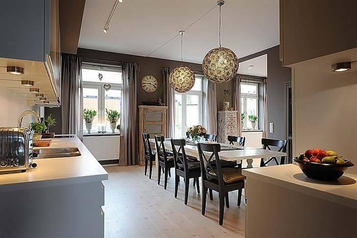 Кухня совмещенная с гостиной в дизайне интерьера в темных тонах фото