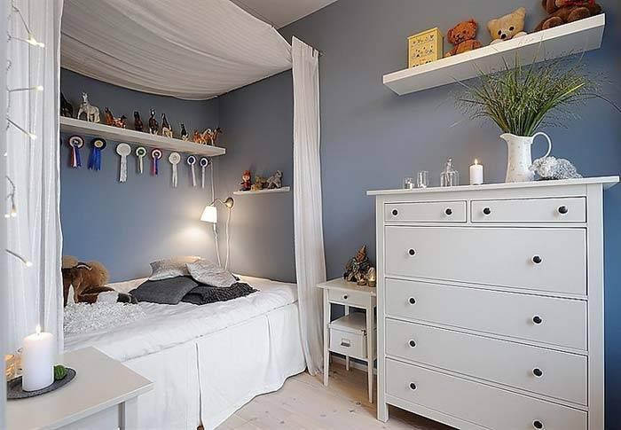 Белая мебель и кровать с балдахином в детской комнате фото