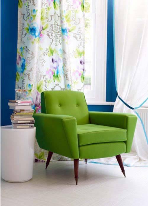 зеленое кресло в ретро-стиле