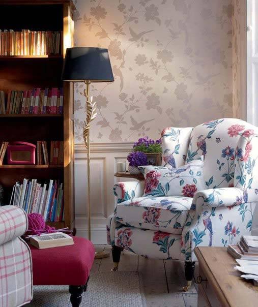 красивое кресло с цветочным принтом