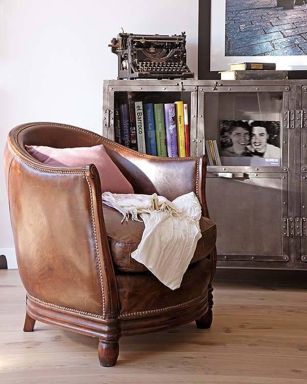 кожаное кресло в интерьере