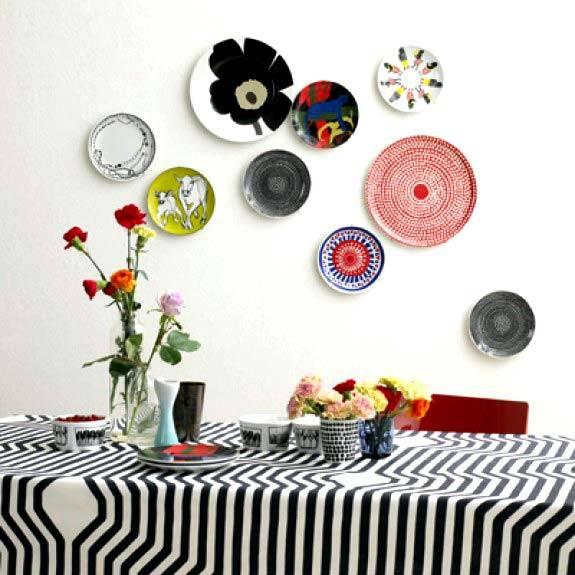 декоративные тарелки на стенах интерьера