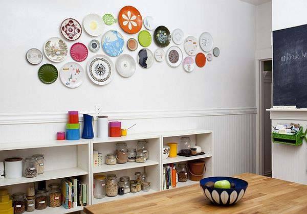 декор стен тарелками