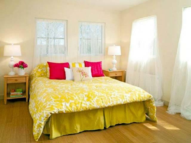 желтый интерьер спальни