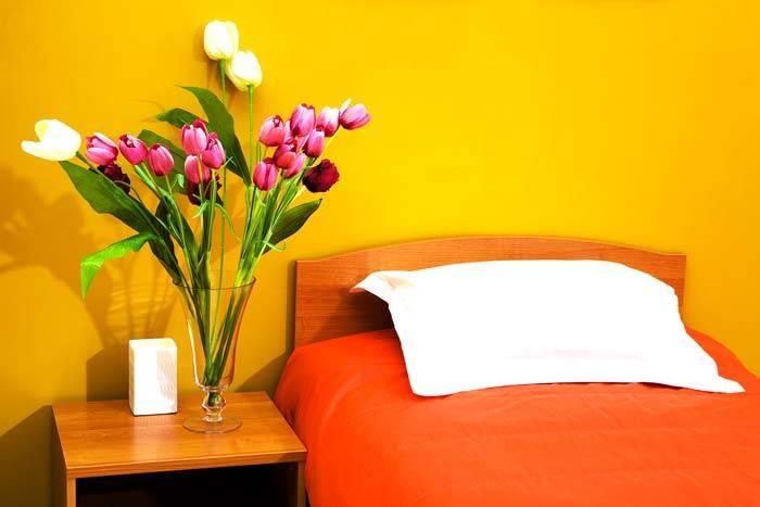 красивая спальня в желтом цвете