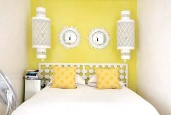желтые стене в интерьере спальни