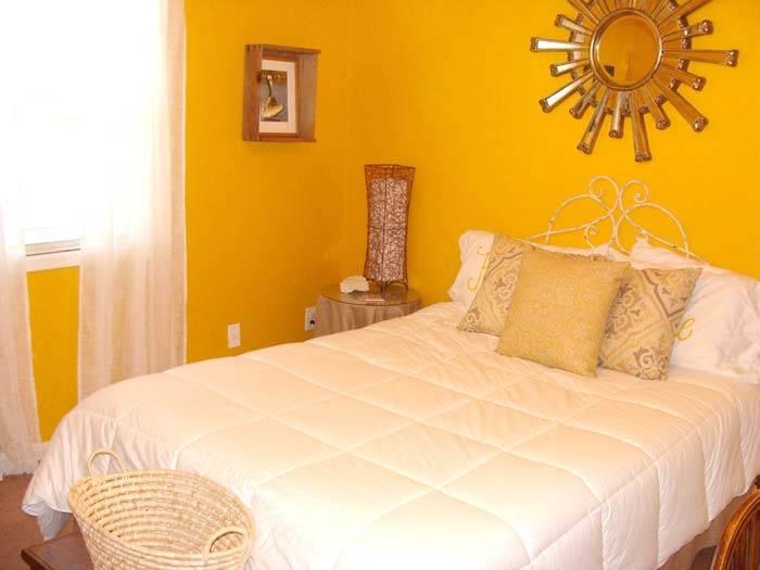 желтый интерьер спальни фото