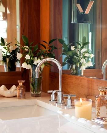 ванная комната с отделкой из дерева