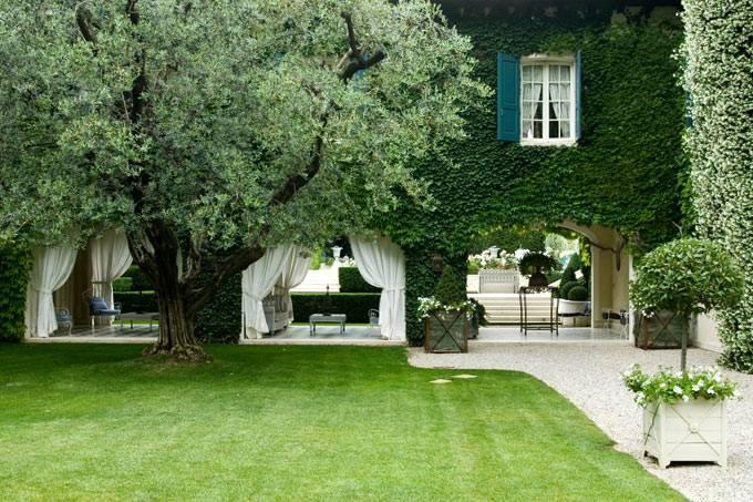 Уютный двор, утопающий в зелени