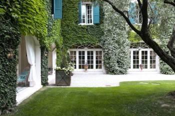 двор в зелени