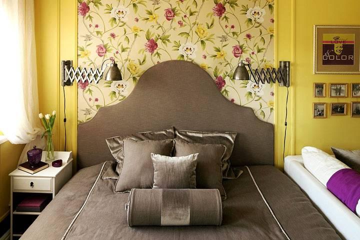 красивый интерьер спальни скомбинацией обоев яркого цвета фото