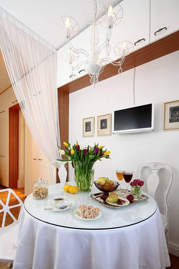 круглый стол для завтраков и обедов на кухне фото