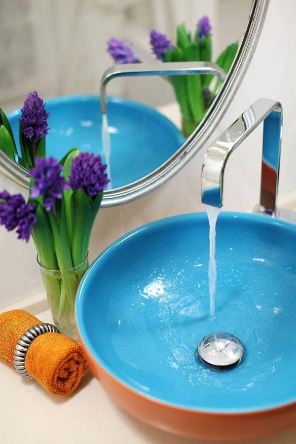 Круглый голубой умывальник создает настроение в интерьере ванной фото