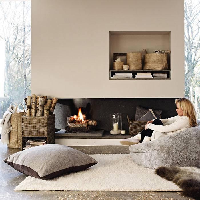 уютный зимний интерьер с живым огнем в камине