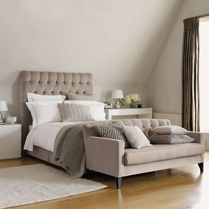 интерьер спальни зимой с теплыми одеялами и пледами