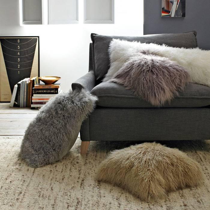уютный зимний дом с пушистыми декоративными подушками