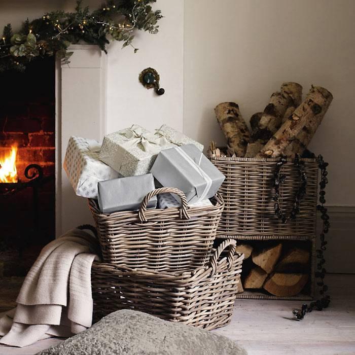 плетеные корзины для подарков и дров - символ зимнего интерьера