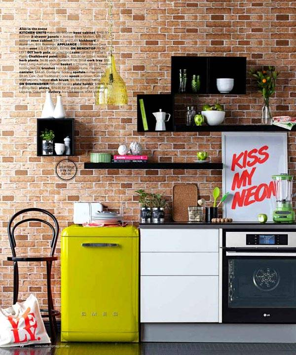 яркий цветной холодильник на кухне
