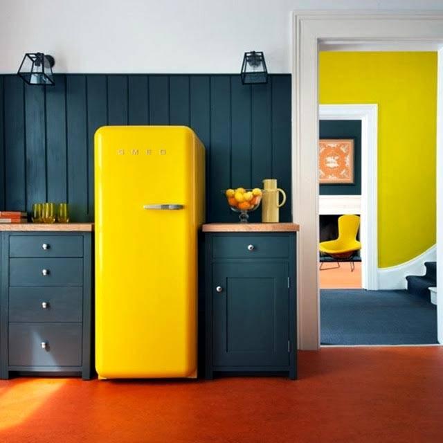 яркий холодильник в интереьере