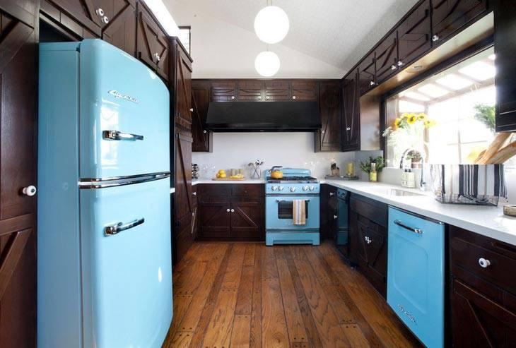 яркий цветной холодильник в интерьере