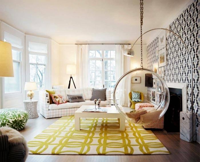 интерьер комнаты с изогнутым торшером и подвесным креслом фото
