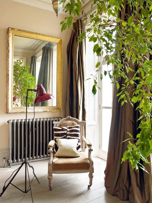 красивый уголок с зеркалом и креслом у окна