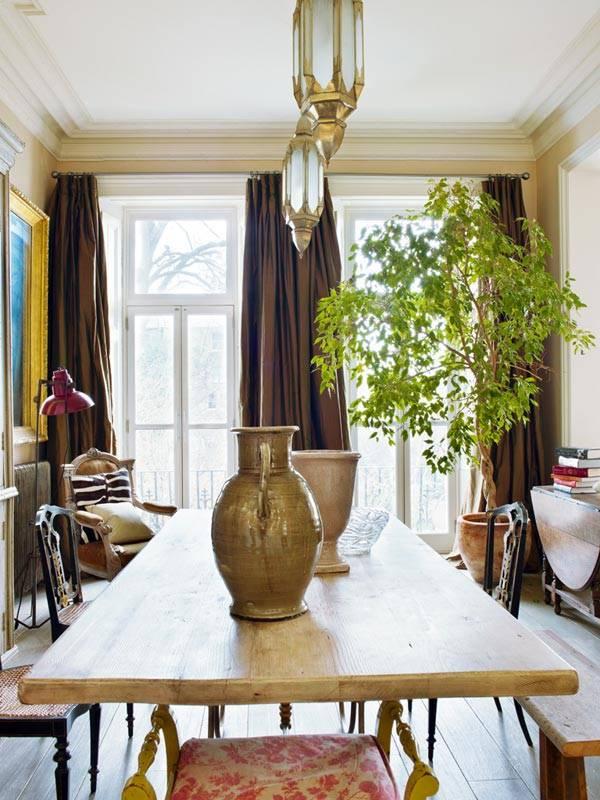 Столовая комната с коричневыми шторами и фикусом