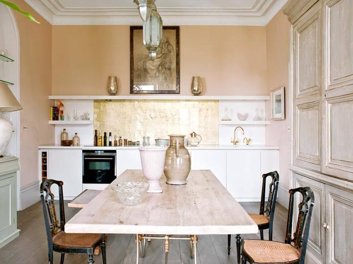 бежевые стены на кухне с белой мебелью фото