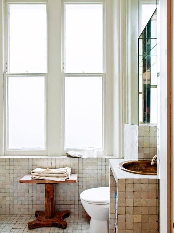 скромный дизайн ванной комнаты с окном