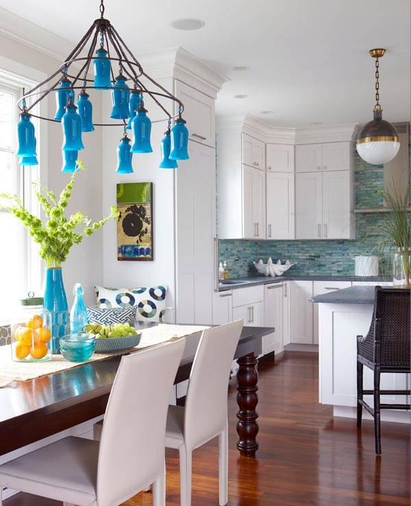 большая люстра с синими плафонами в кухне дома