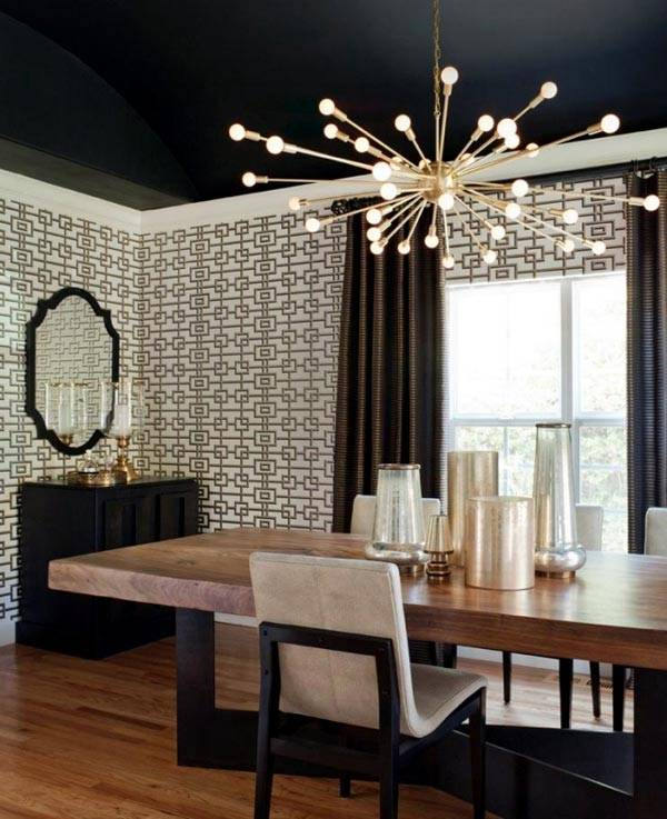 золотистая люстра на черном потолке в кабинете
