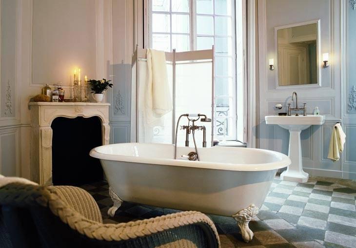 интерьер ванной комнаты с камином