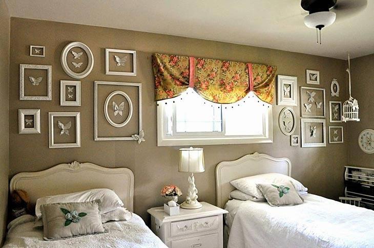 рамы на стене спальни