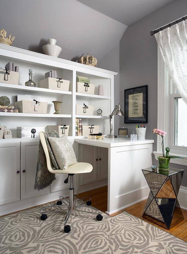 серые стены и белая мебель в домашнем кабинете