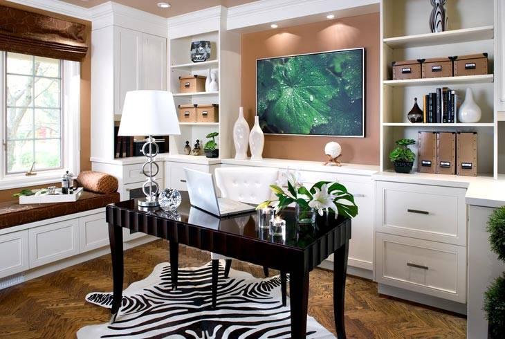 шкура зебры на полу под черным глянцевым столом