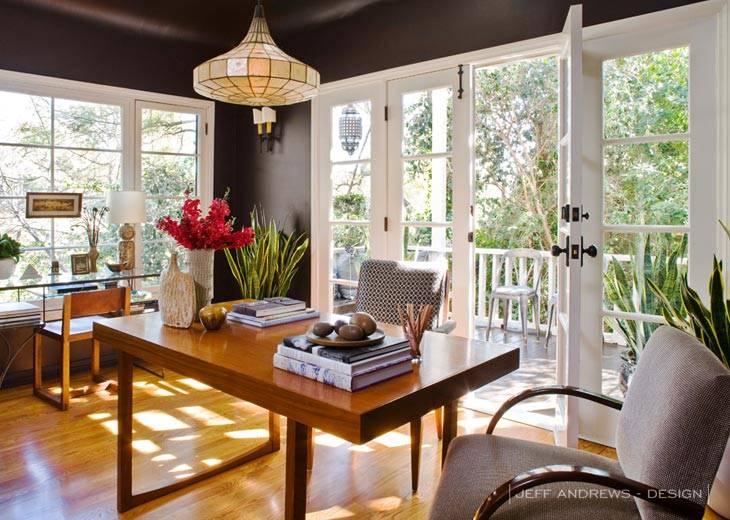красивый домашний офис с выходом на балкон фото