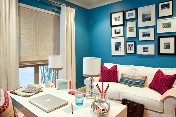 яркий интерьер офиса - синие стены и белый диван