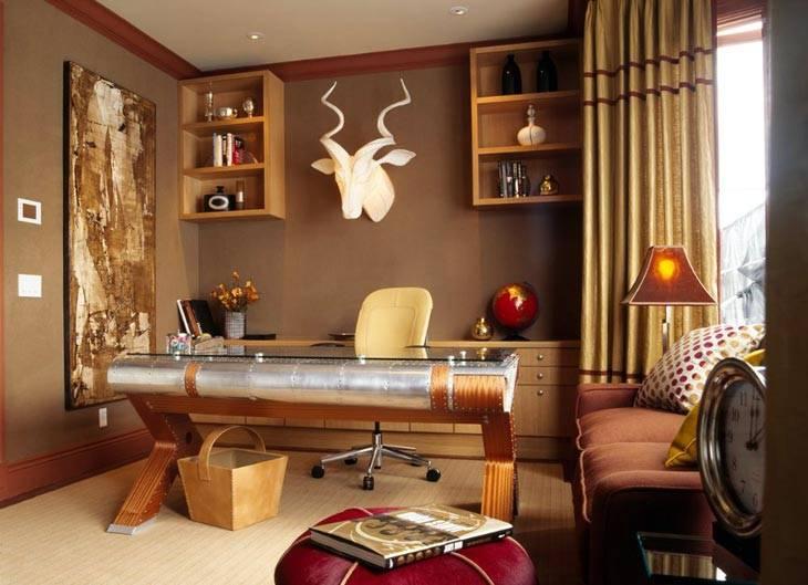 коричневый стены и голова оленя над рабочим столом