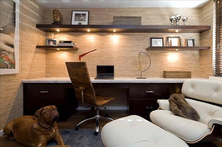 большой стол под стеной, комфортное раскладное кресло