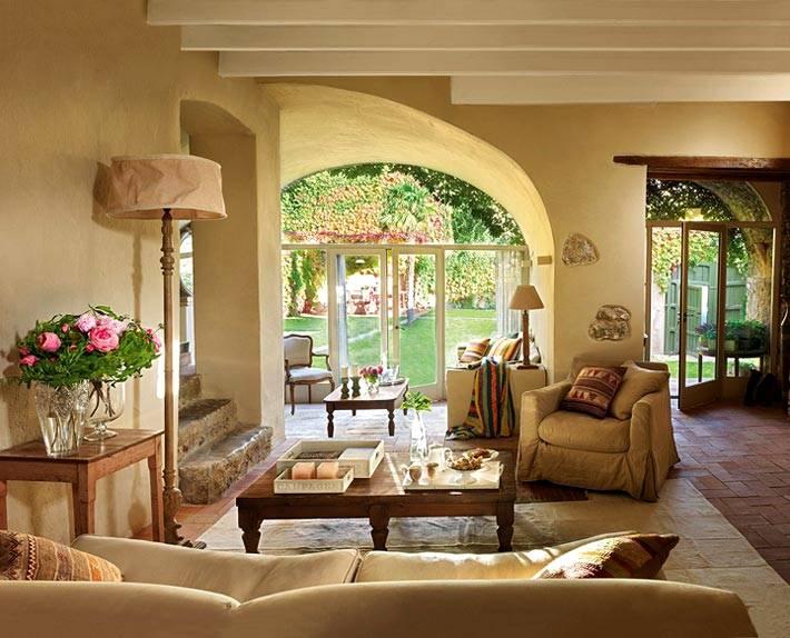 старинный особняк с большим двором и садом