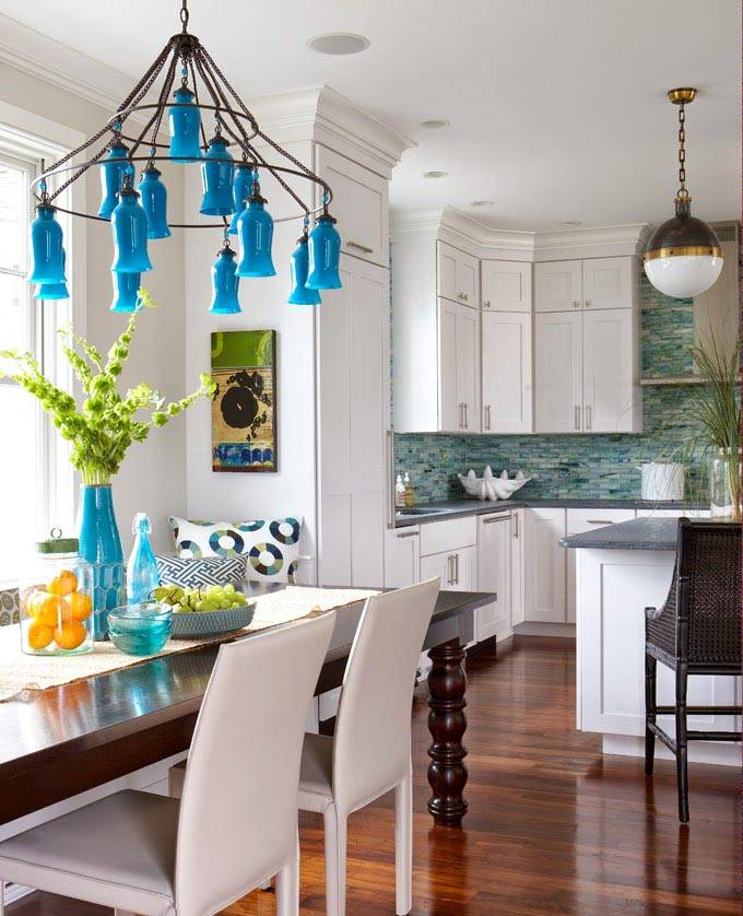люстра с голубыми флаконами в большой красивой кухне